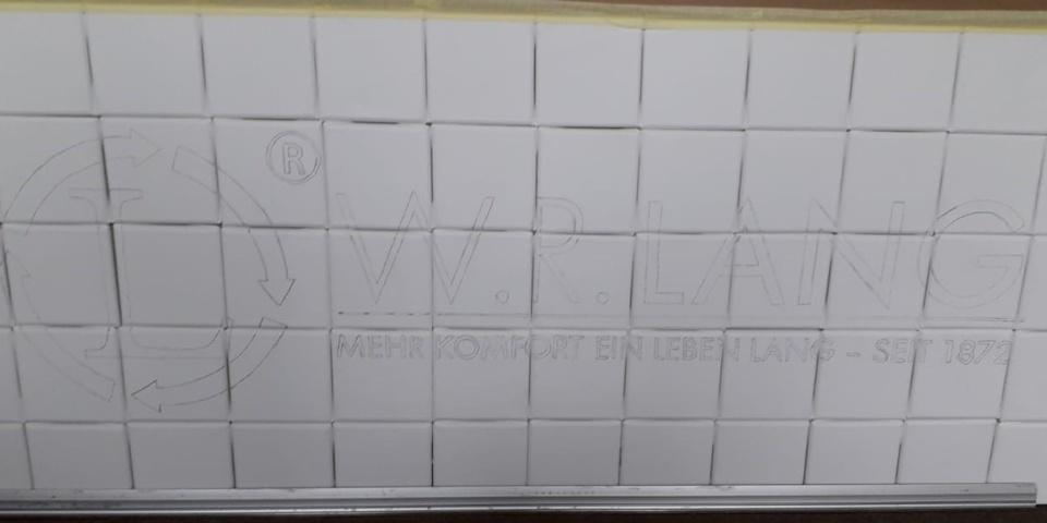 Kunstprojekt - Das Logo ist auf die weißen Leinwände übertragen. Jetzt kann kreativ gestaltet werden!